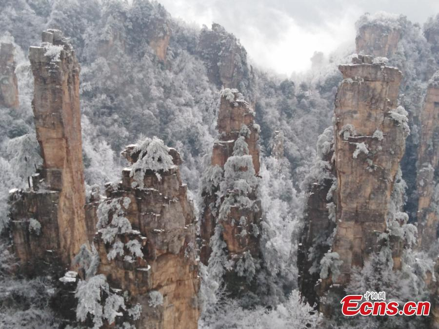 Mountains and plants are covered with ice as clouds float by at the Tianzi Mountain scenic area in Zhangjiajie City, Central China\'s Hunan Province, Feb. 11, 2019. (Photo: China News Service/Deng Daoli)