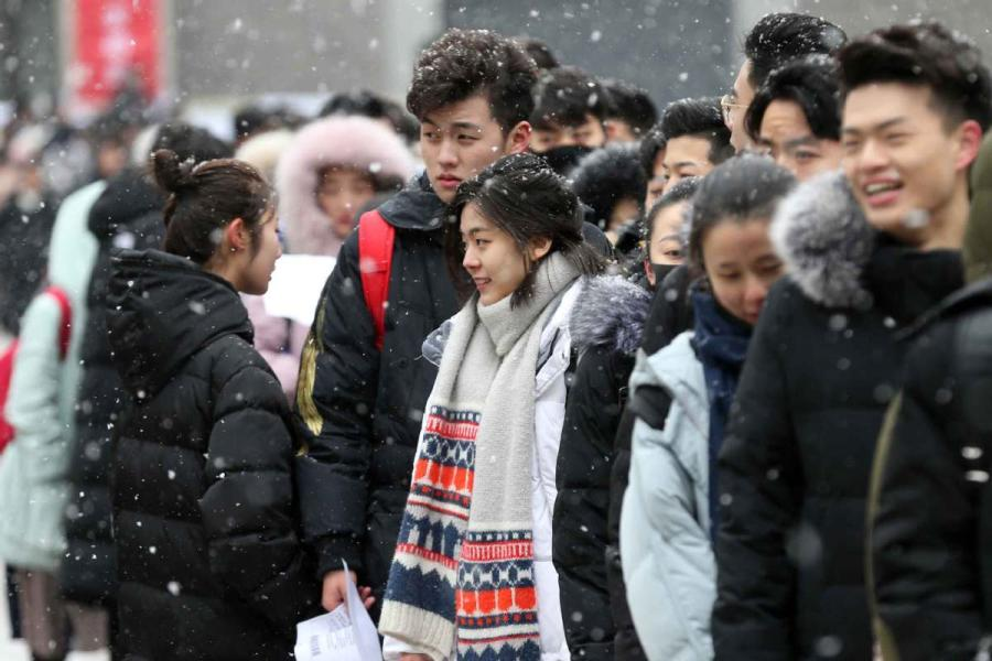 Students line up for an admission test at the Central Academy of Drama in Beijing on Feb. 12, 2019, a day when the city has seen a light snowfall. (Photo/chinadaily.com.cn)