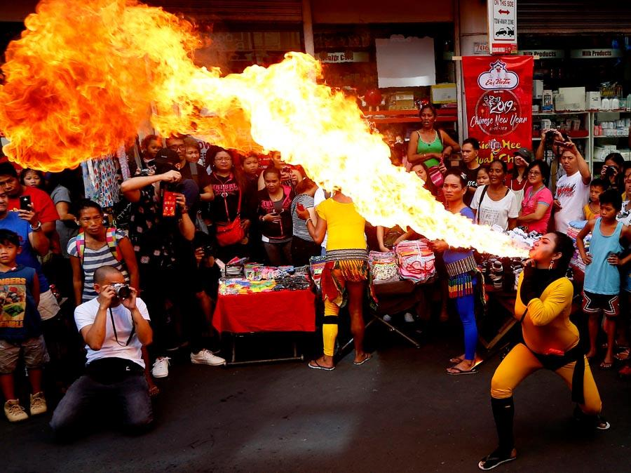 A fire-eater performs during Lunar New Year celebrations on Feb. 5 at Manila\'s Chinatown district.  (PHOTO/XINHUA)