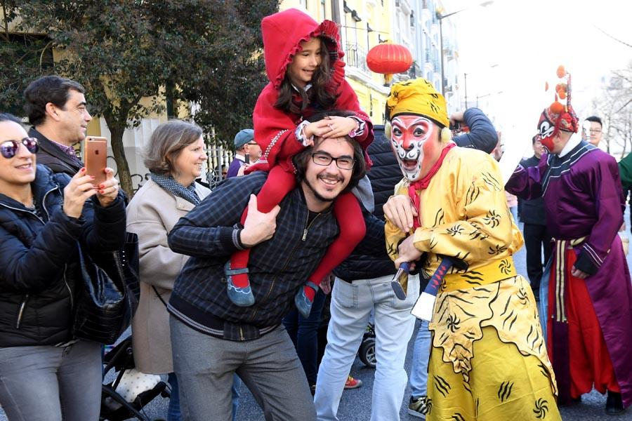 Peking Opera actors interact on Saturday with spectators in Lisbon, Portugal, at one of many events around the globe marking Spring Festival. (PHOTO/XINHUA)