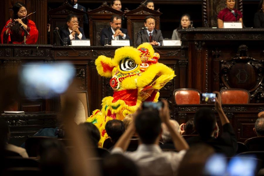 Actors perform a lion dance at the parliament building in Rio de Janeiro to celebrate Lunar New Year\'s Eve on Feb. 4. (PHOTO/XINHUA)