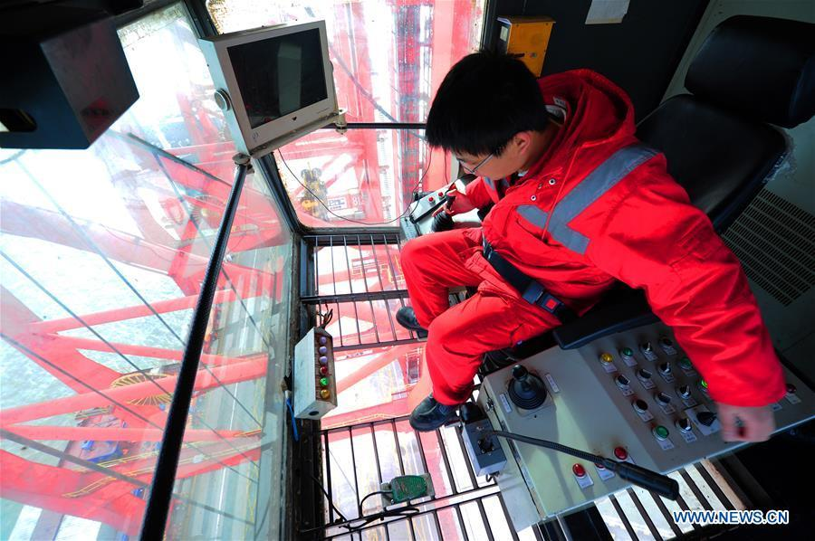 Gong Fuqiang, a crane driver, works at the operator\'s cab at Zhenghe Xinggang Terminals of Taicang Port in Suzhou, east China\'s Jiangsu Province, Feb. 11, 2019, the first workday after Spring Festival holiday. (Xinhua/Ji Haixin)