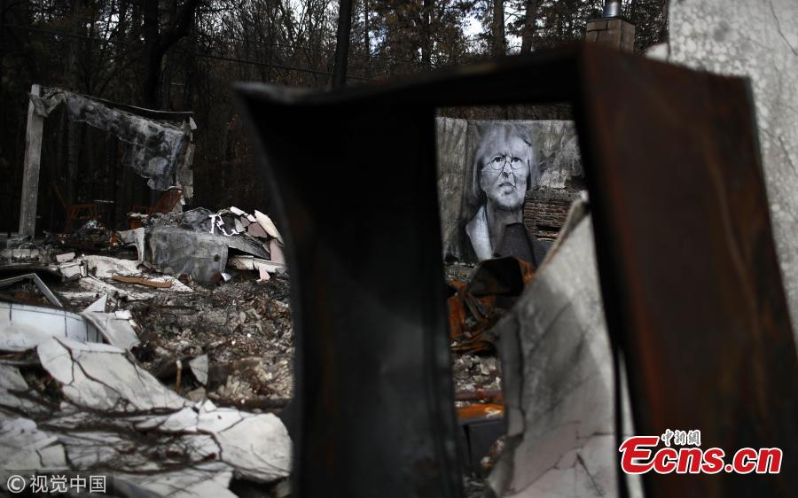 Shane Grammer, the former graffiti artist, recently spent a week in Paradise, the town devastated by last year\'s Camp Fire, deadliest fire in California history, painting murals on the remnants of abandoned houses and burned-out cars. (Photo/VCG)