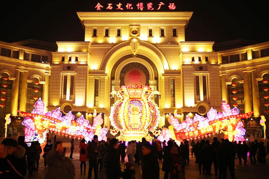 The Tourism and Cultural Festival and Lantern Festival for the Chinese New Year of the Pig are celebrated in Dalian, Northeast China\'s Liaoning province. (Photo by Ma Wenjun/For chinadaily.com.cn)