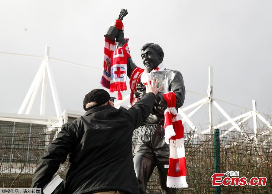 Tributes are placed on a statue of Gordon Banks outside the Bet365 Stadium in Britain, Feb. 12, 2019. English soccer club Stoke said that World Cup-winning England goalkeeper Gordon Banks has died at 81. (Photo/Agencies)