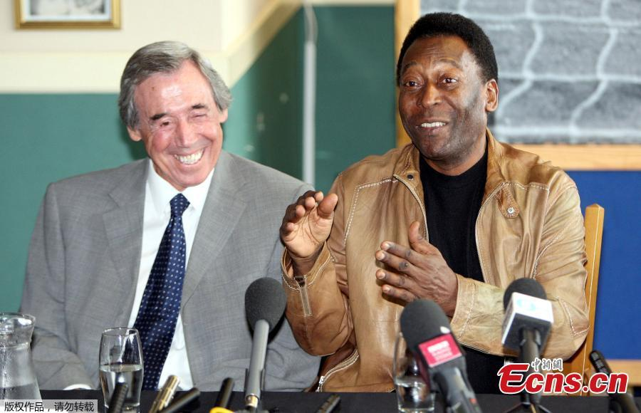 This March 4, 2004 file photo shows Brazilian soccer legend Pele and former England goalkeeper Gordon Banks, who saved a header from Pele in the 1970 World Cup, at a press conference in London, to mark FIFA\'s 100 year anniversary. (Photo/Agencies)