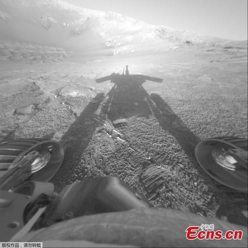 The image of NASA\'s Mars Exploration Rover Opportunity\'s shadow was taken on July 26, 2004, by the rover\'s front hazard-avoidance camera as the rover moved farther into Endurance Crater in the Meridiani Planum region of Mars. (Photo/VCG)