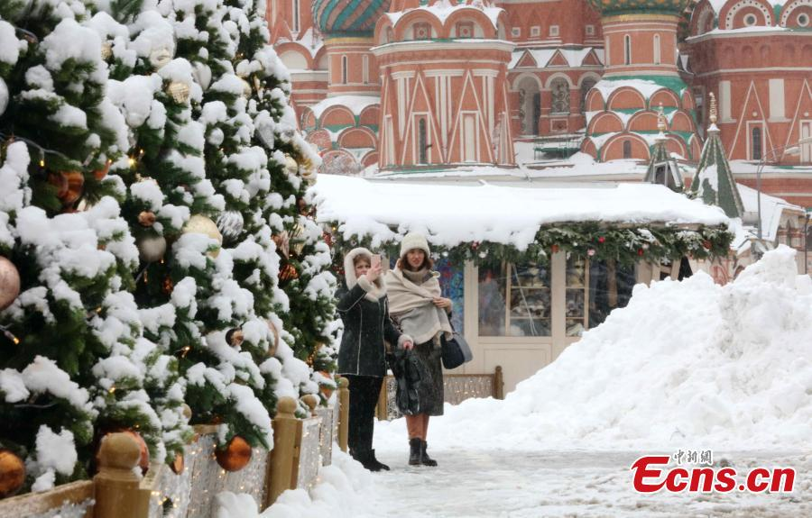 People walk in snow in Moscow, Russia, on Feb. 13. 2019. A recent snowfall resulted in 11 mm of precipitation in Moscow on Wednesday. (Photo/China News Service)