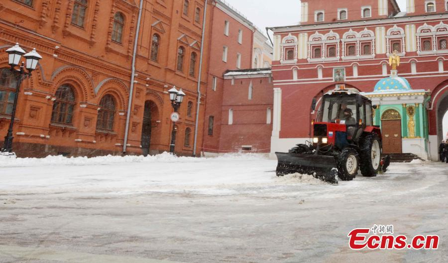 Worker clears snow in Moscow, Russia, on Feb. 13. 2019. A recent snowfall resulted in 11 mm of precipitation in Moscow on Wednesday. (Photo/China News Service)