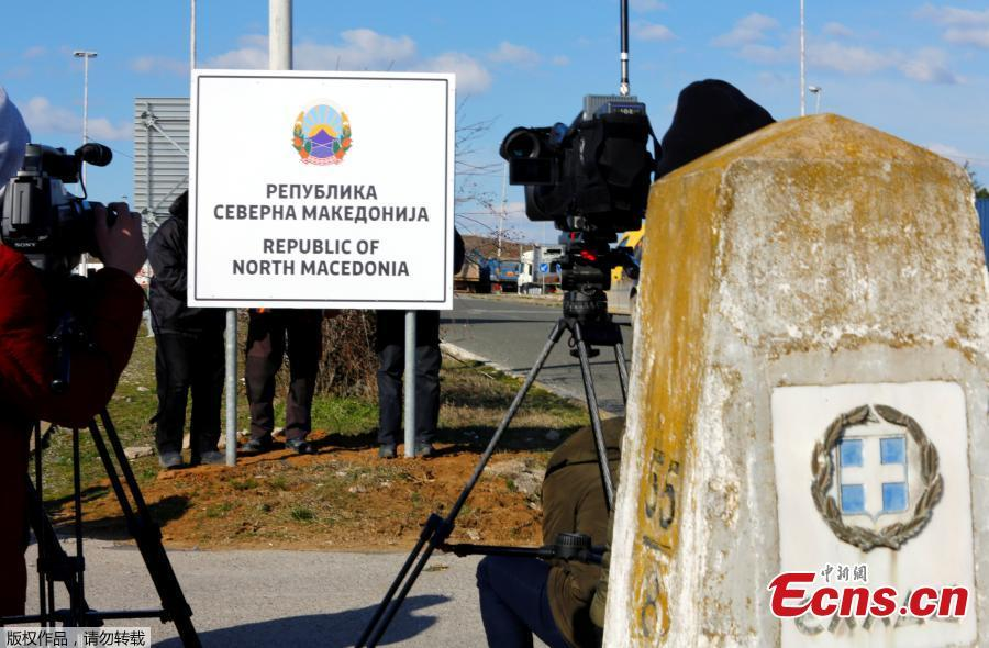 Workers replace signage with an adhesive banner that reads Republic of North Macedonia in the southern border with Greece, near Gevgelija, Feb. 13, 2019. Workers in the newly renamed North Macedonia have begun replacing road signs to reflect the change in their country\'s name, following a deal with neighboring Greece to end a nearly three decade-long dispute and secure NATO membership. (Photo/Agencies)
