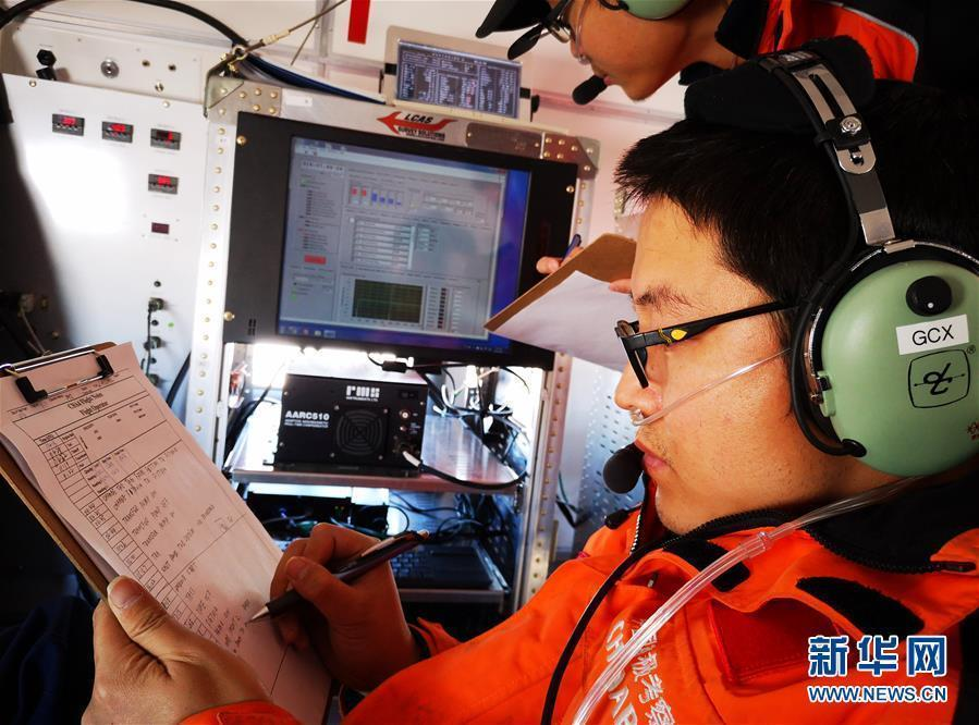 Photo taken on Jan. 16, 2019 shows a Chinese researcher, with the help of Snow Eagle 601, collected data at the Ice Divide of East Antarctica. (Photo/Xinhua)