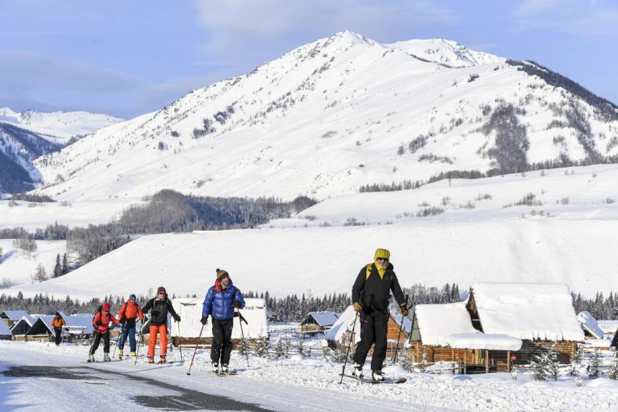 Skiers enjoying their time in Hemu, Xinjiang. (Photo/Xinhua)