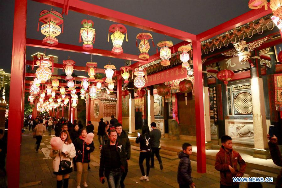 Visitors look at festive lanterns at the Wudianshi historical community in Jinjiang, southeast China\'s Fujian Province, Feb. 17, 2019. More than 3,000 festive lanterns have been set in three dedicated zones in Jinjiang ahead of the Lantern Festival, which falls on Feb. 19 this year and marks the end of the Chinese Lunar New Year celebrations. (Xinhua/Jiang Kehong)