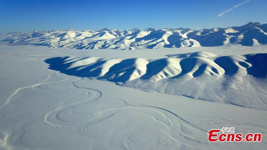 This drone photo shows the snow-covered Bayanbulak grassland in Hejing County, Northwest China\'s Xinjiang Uygur Autonomous Region. Local authorities have promoted tourism by taking advantage of its rich snow and ice resources. (Photo/China News Service)