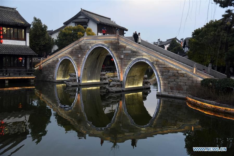 Tourists visit the ancient town of Taierzhuang in east China\'s Shandong Province, Feb. 16, 2019. (Xinhua/Wang Kai)
