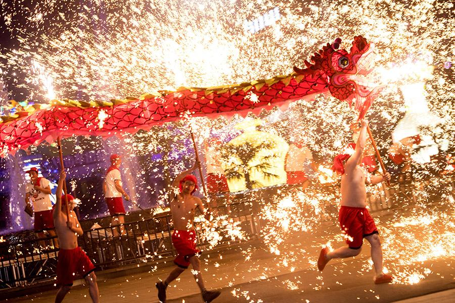 A local troupe performs a fire dragon dance in a shower of molten iron sparkling like fireworks at the Wuhan Happy Valley amusement park in February 2018. (Photo/XINHUA) This year\'s Lantern Festival arrives on Tuesday. Besides being a time for families to gather once more, in the old days it was also the Chinese \