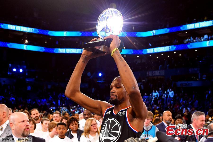 Team LeBron\'s Kevin Durant, of the Golden State Warriors holds his MVP trophy after the NBA All-Star basketball game, Feb. 17, 2019, in Charlotte, N.C. The Team LeBron won 178-164. (Photo/Agencies)