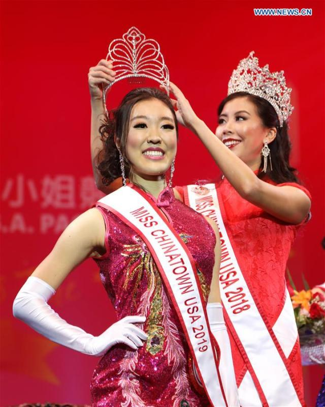 Katherine Wu (L) is crowned by the champion of the 2018 Miss Chinatown U.S.A. Pageant during the final of this year\'s competition in San Francisco, the United States, Feb. 16, 2019. A total of 12 contestants took part in the final competition organized by San Francisco Chinese Chamber of Commerce. (Xinhua/Liu Yilin)