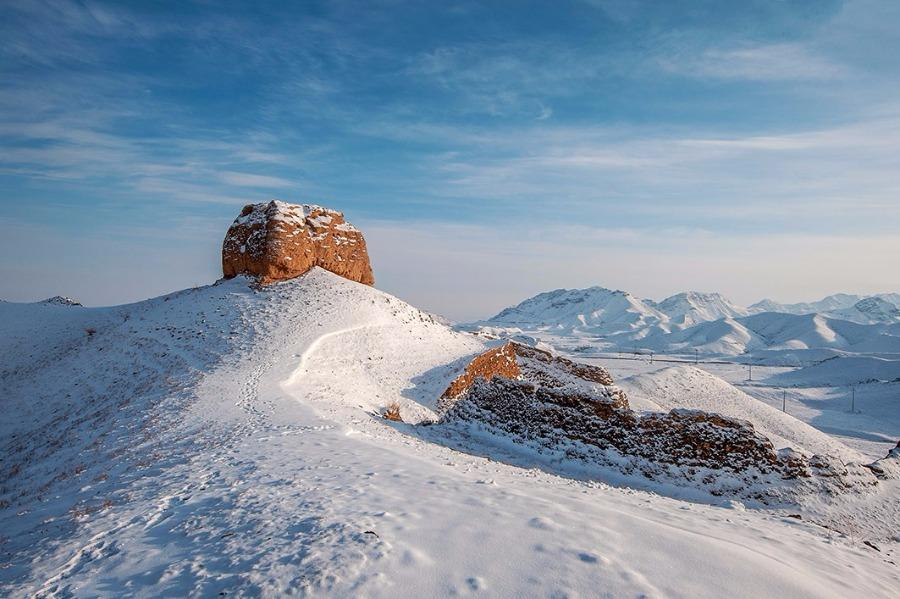 A watch tower at the Great Wall\'s Ningxia section, blanketed in snow. (Photo/chinadaily.com.cn) Known as \