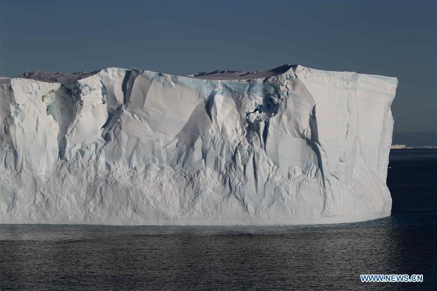Photo taken on Feb. 15, 2019 shows an iceberg detached from an ice shelf in Antarctica. China\'s research icebreaker Xuelong, with 126 crew members aboard on the 35th Antarctic research mission, on Thursday local time left the Zhongshan Station on its way back to China. It is expected to arrive in Shanghai in mid-March. (Xinhua/Liu Shiping)