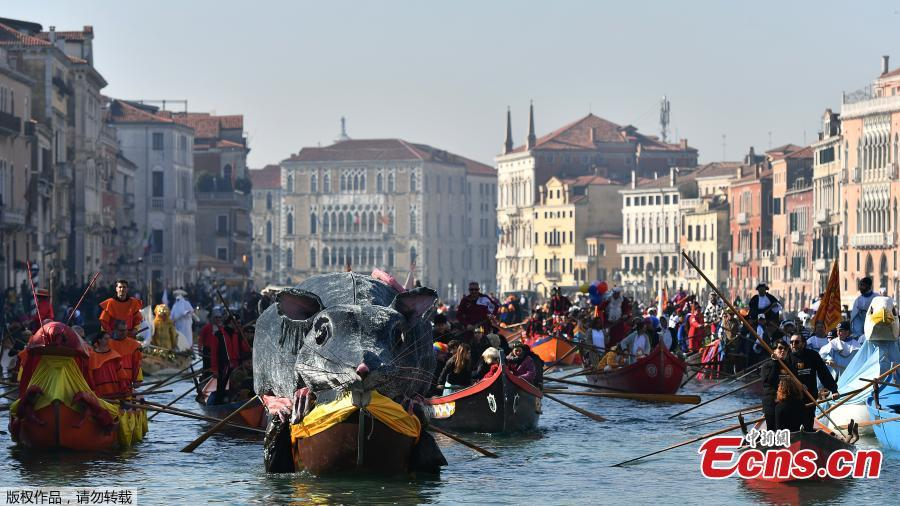 Venetians row during the masquerade parade on the Grand Canal during the Carnival in Venice, Italy, Feb. 17, 2019. Spectators lined the canal as elaborately decorated boats, accompanied by music, made their way down the waterway. (Photo/Agencies)