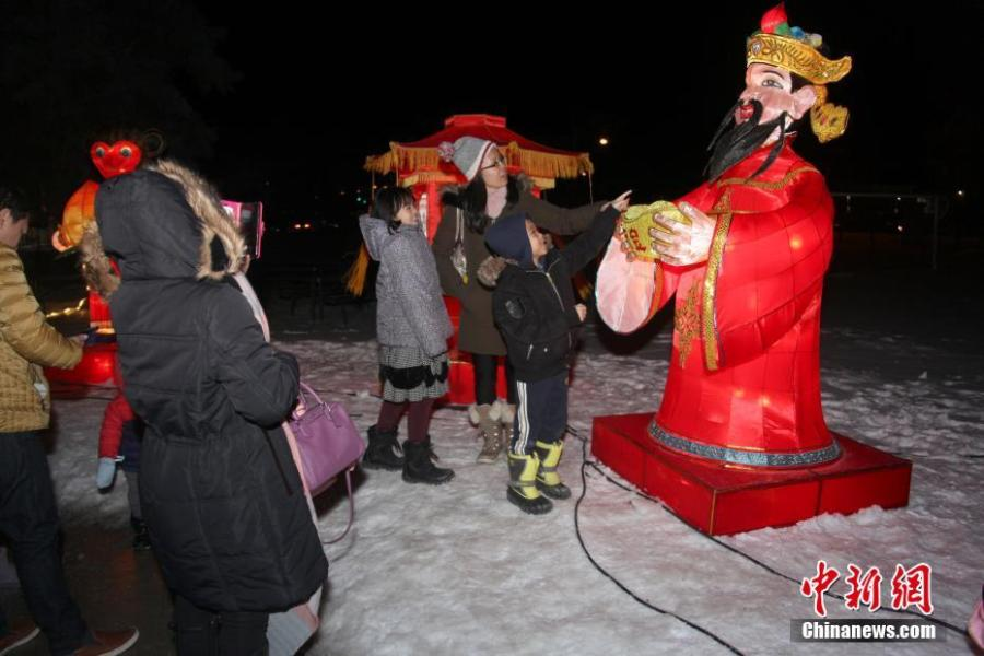 Visitors view Chinese lanterns during the 2019 Toronto Qinhuai Lantern Festival in Toronto, Canada, on Feb. 18, 2019. Featuring 23 large festive lanterns from China and lots of traditional Chinese festival activities, the 2019 Toronto Qinhuai Lantern Festival kicked off here on Monday.  (Photo: China News Service: Yu Ruidong)