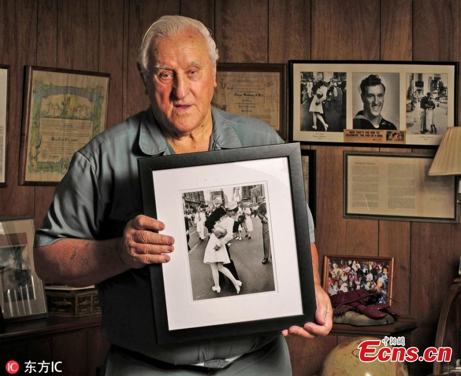 George Mendonsa, 89, holds one of the most iconic photographs of the 20th century at his Middletown, Rhode Island home, Oct. 23, 2012. In the photograph, Mendonsa is widely believed to be the sailor kissing an unsuspecting nurse (actually a dental hygienist) on V-E Day in Times Square in 1945. The photograph was taken by Life Magazine photographer Alfred Eisenstaedt. George Mendonsa has died at the age of 95. (Photo/Agencies)