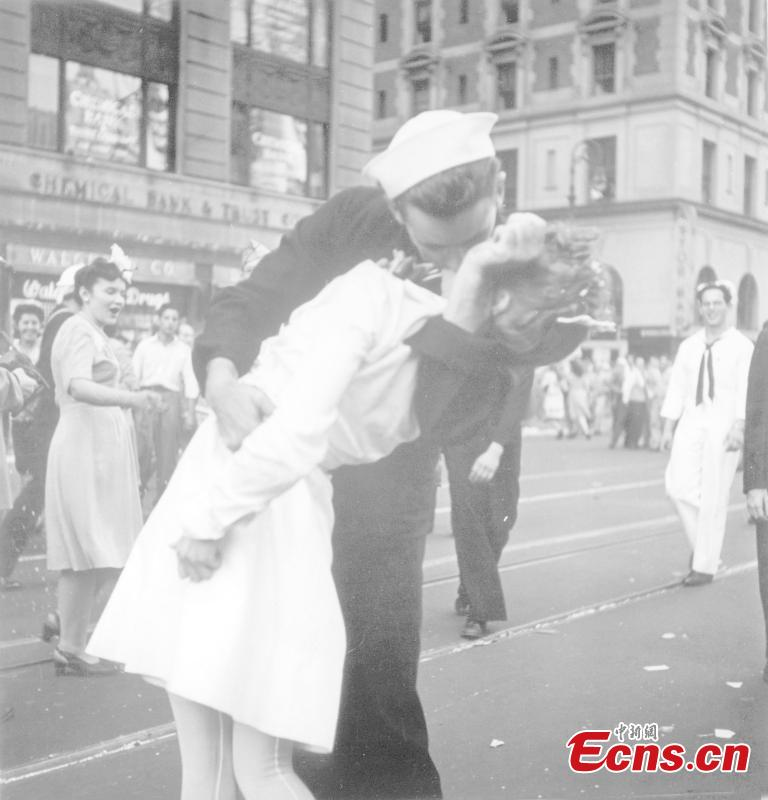 George Mendonsa, the U.S. sailor famously photographed kissing a stranger in New York\'s Times Square to celebrate the end of World War Two has died aged 95. (Photo/Alfred Eisenstaedt)