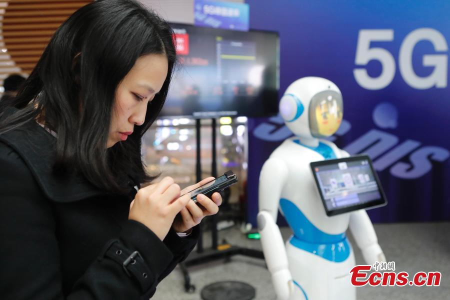 A visitor uses  the 5G network and services in the Shanghai Hongqiao Railway Station, Feb. 18, 2019. The railway station, one of the world\'s busiest, will become the world\'s first \
