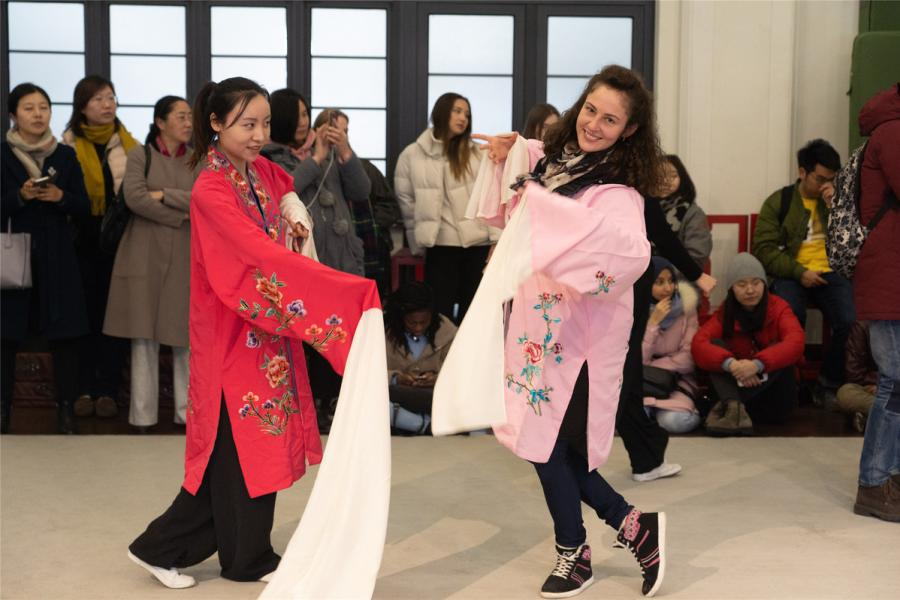 A female student tries to perform like a Kunqu artist. (Photo/chinadaily.com.cn)