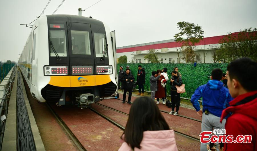 A driverless train on the Metro Line 9 in Chengdu City, Sichuan Province, Feb. 19, 2019. The automated train, which is 185 meters long and three meters wide, can carry up to 3,496 passengers. (Photo: China News Service/Liu Zhongjun)