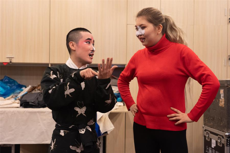 A Kunqu artist talks to a foreign student.  (Photo/chinadaily.com.cn)