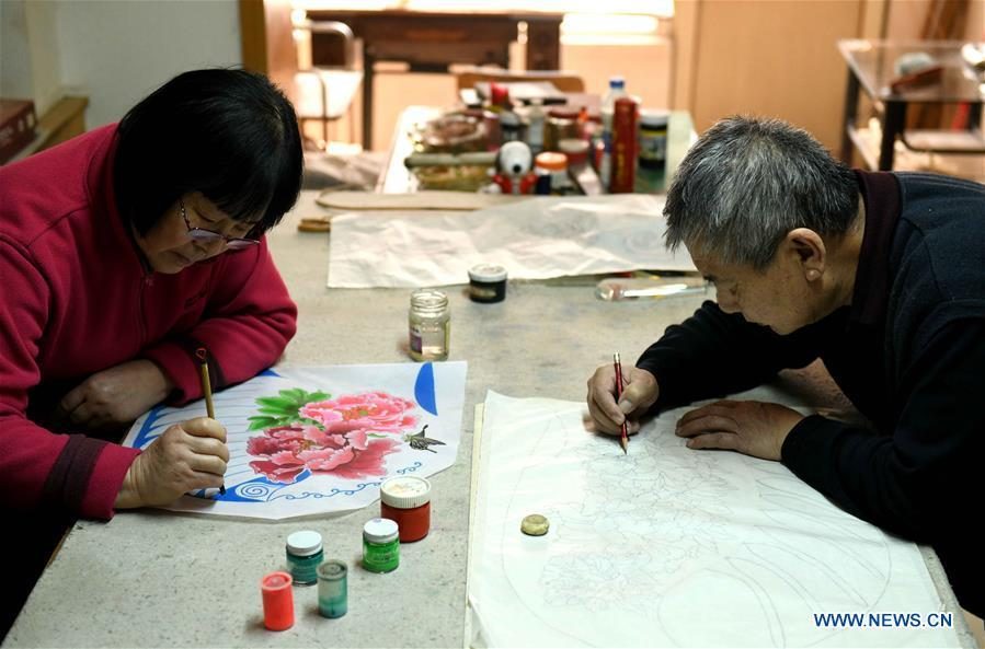 Kite enthusiasts Fu Xianming (R) and Lin Wenqing make kites at home in Shijiazhuang, north China\'s Hebei Province, Feb. 20, 2019. Fu Xianming and his wife Lin Wenqing are known for their passion for kites. The retired school-teacher couple has completed more than 1,500 kites since they began to learn kite-making in 1998. Driven by a wish to master the kite-making crafts, Fu and Lin went on multiple study tours to Weifang, Shandong Province, where traditional Chinese kites originated. Besides enjoying themselves, the couple has also set up a campus workshop for local students who show interest in kite-making. (Xinhua/Chen Qibao)