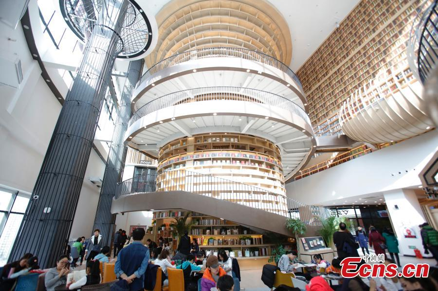 People visit Zhongchuang Bookstore in Harbin, Heilongjiang Province, Feb. 24, 2019. The bookstore has become a new favorite hangout for book lovers. (Photo: China News Service/Lv Pin)