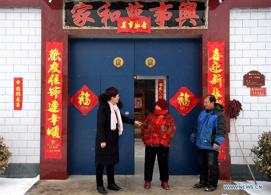 Ge Shuqin(L), deputy to the 13th National People\'s Congress, talks with villagers in Xiangyangzhuang Village, Tangyin County of Central China\'s Henan Province, Feb. 14, 2019. As a secretary of the Communist Party of China local branch in Xiangyangzhuang Village, Ge has sticked to her position for over 30 years and devoted herself to leading villagers to make a good living. (Xinhua/Li An)