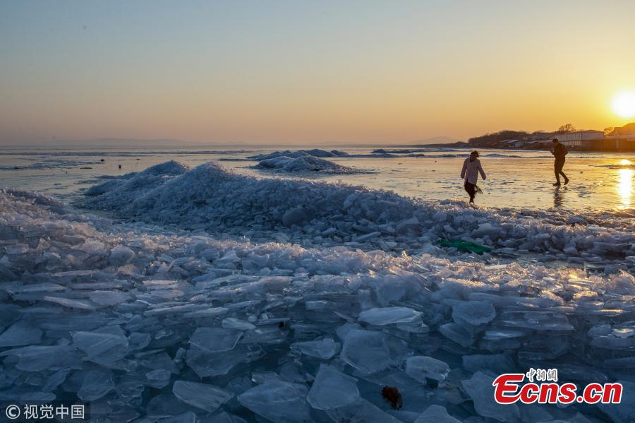 A view of the frozen Xingkai Lake, a border lake between China and Russia, in Northeast China\'s Heilongjiang Province, Feb. 23, 2019. The largest freshwater lake in northeast China, Xingkai is well-known for its abundant biodiversity and complex ecosystems. Local authorities are warning tourists the ice in the lake has begun melting earlier than in the past. (Photo/VCG)