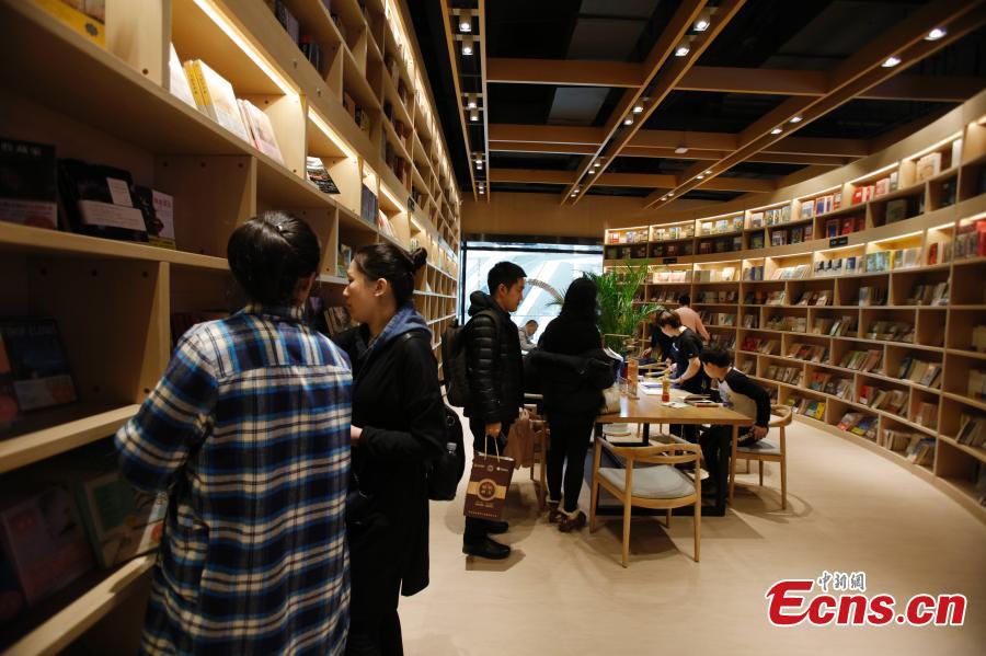 People choose books at Zhongchuang Bookstore in Harbin, Heilongjiang Province, Feb. 24, 2019.  (Photo: China News Service/Lv Pin)
