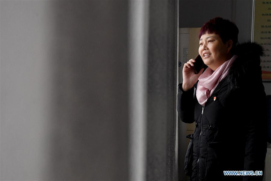 Ge Shuqin, deputy to the 13th National People\'s Congress, talks with a villager on the phone in Xiangyangzhuang Village, Tangyin County of Central China\'s Henan Province, Feb. 14, 2019. As a secretary of the Communist Party of China local branch in Xiangyangzhuang Village, Ge has sticked to her position for over 30 years and devoted herself to leading villagers to make a good living. (Xinhua/Li An)
