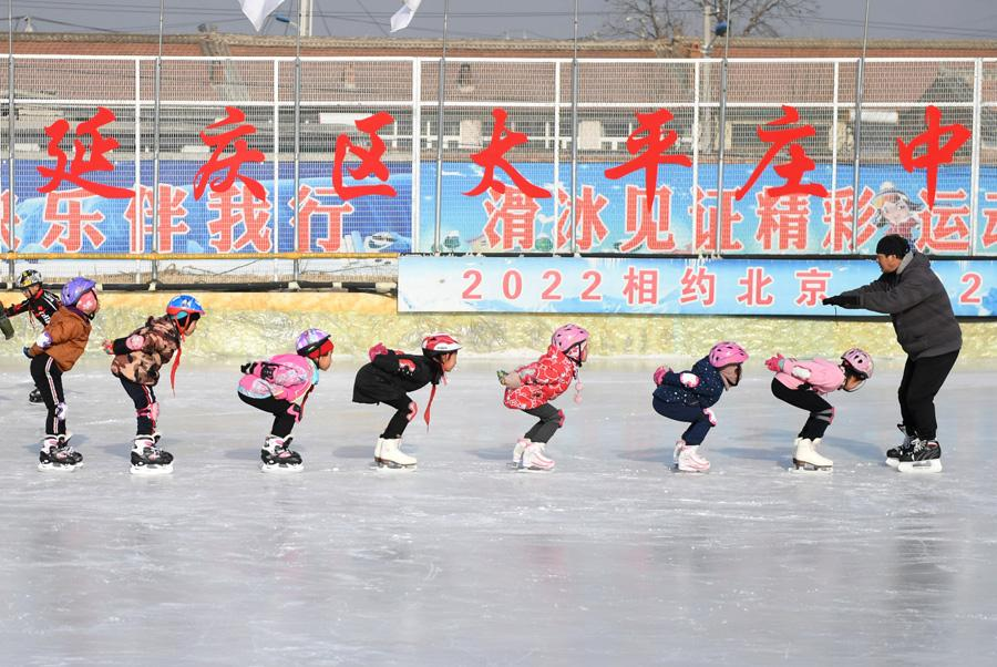 Students at Beijing Yanqing Taipingzhuang Central Primary School practice skating on the ice rink. (Photo/Xinhua) The Beijing Yanqing Taipingzhuang Central Primary School is a full-time rural primary school. And Wang\'s training rink is located in the east campus of the primary school.  It was originally a farmland where teachers and students planted corn and vegetables. But in November 2016, with the support of the Yanqing district education committee, the Taipingzhuang Central Primary School spent more than 800,000 yuan ($118,092) to build this 1,800 square meter seasonal ice rink, and equipped students with skates and protective gear.  The school then hired a retired physical education teacher, Li Chunyu from Manzhouli, Inner Mongolia, as the children\'s skating coach.