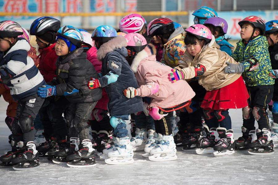 Students at Beijing Yanqing Taipingzhuang Central Primary School practice skating on the ice rink. (Photo/Xinhua) This ice rink has also led to the development of the students on the ice project of the adjacent Kangzhuang Primary School, the Xiayu Primary School and the Xiaofengying Primary School. \