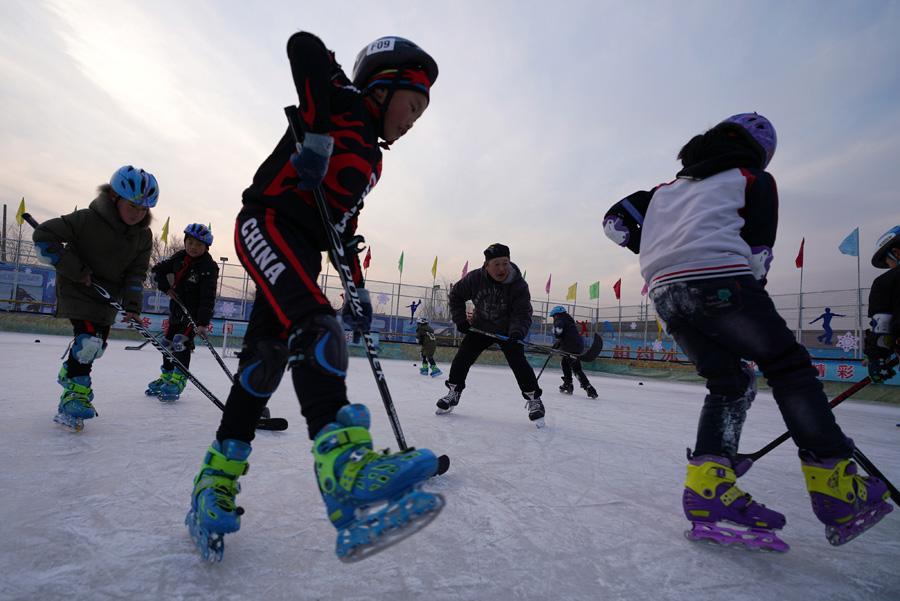 Students at Beijing Yanqing Taipingzhuang Central Primary School practice skating on the ice rink. (Photo/Xinhua) Now, more than 140 students from the school practice ice sports for one hour every day in winter.  The ice rink was completed in less than two years, and has become an ice paradise for the students.  In addition to a fixed hour of free ice-time every day, students can also join the skating interest group after school for on-court training.  Also, many parents learn to skate while waiting to pick up their children.