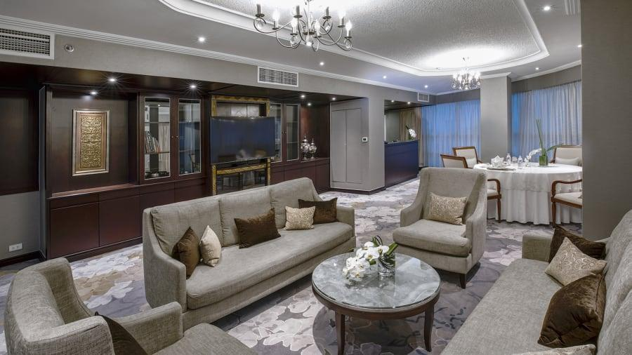 The living room-dining area of an executive suite is seen at the Melia Hotel Hanoi, where DPRK top leader Kim Jong-un is staying during the second U.S.-DPRK summit.  (Photo provided to chinadaily.com.cn)