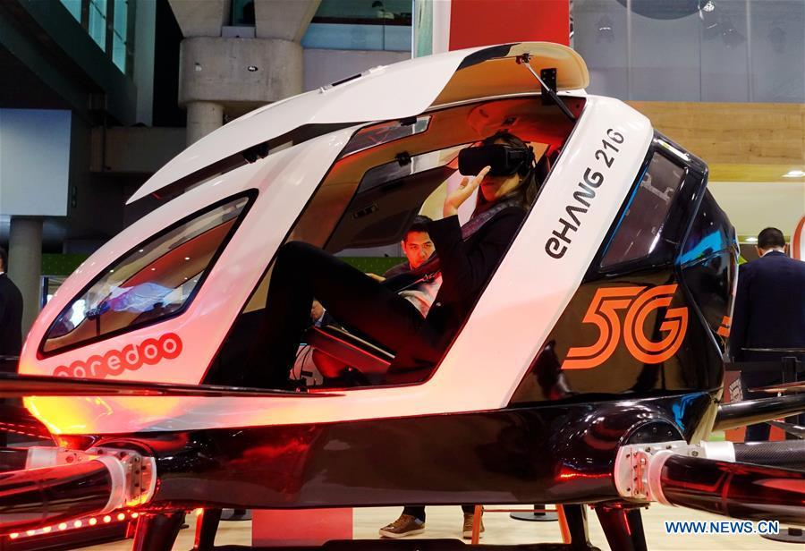 A visitor tries a 5G aerial taxi of Qatar\'s Ooredoo at Mobile World Congress (MWC 2019) in Barcelona, Spain, Feb. 26, 2019. The four-day MWC 2019 opened its door on Monday, which presents the newest 5G products of the high-tech giants from all around the world. (Xinhua/Guo Qiuda)