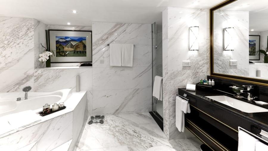 A view of the bathroom of an executive suite at the Melia Hotel Hanoi, where DPRK top leader Kim Jong-un is staying during the second U.S.-DPRK summit. (Photo provided to chinadaily.com.cn)