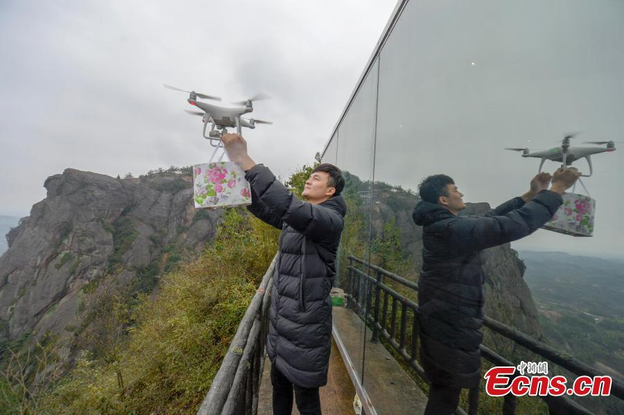 A view of a newly-opened hostel on top of a cliff, 523 meters above the ground, at the Shiniuzhai National Geological Park in Pingjiang County, Central China\'s Hunan Province, Feb. 27, 2019. Guests are treated to an impressive view of the park as the accommodation's room walls are made of glass. (Photo: China News Service/Yang Huafeng)