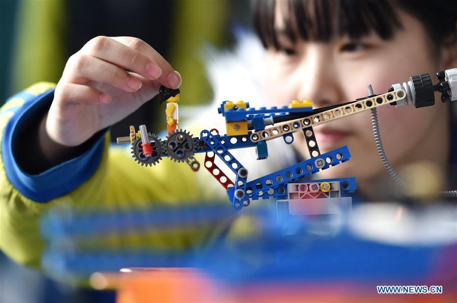 A student assembles a model in Hanjiawa Middle School of Gaocheng District, Shijiazhuang City, north China\'s Hebei Province, Feb. 28, 2019. A series of activities including dancing, model-assembling and calligraphy have enriched children\'s extra-curricular life and guaranteed their all-round development. (Xinhua/Zhang Xiaofeng)