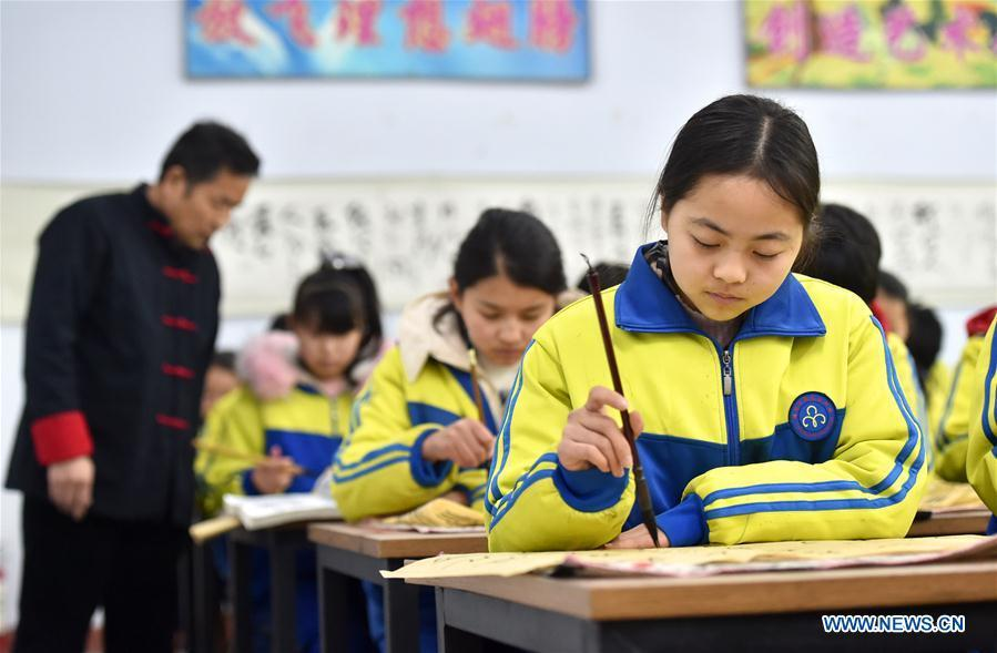 Students practice calligraphy in Hanjiawa Middle School of Gaocheng District, Shijiazhuang City, north China\'s Hebei Province, Feb. 28, 2019. A series of activities including dancing, model-assembling and calligraphy have enriched children\'s extra-curricular life and guaranteed their all-round development. (Xinhua/Zhang Xiaofeng)