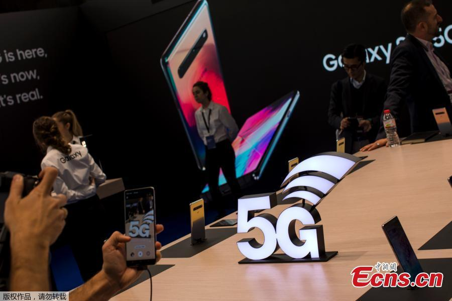 A visitor seen trying the new Samsung S10 smartphone at the Mobile World Congress in Barcelona, Spain, Feb. 26, 2019. The annual Mobile World Congress (MWC) runs from 25-28 February in Barcelona, where companies from all over the world gather to share new products. (Photo/Agencies)