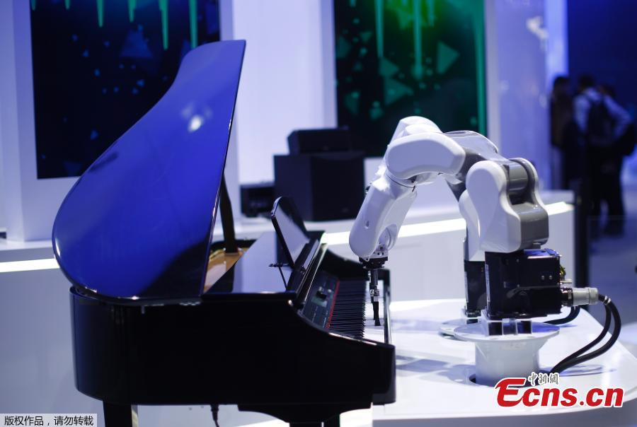A ZTE musician robot plays the piano at the Mobile World Congress in Barcelona, Spain, Feb. 26, 2019. The annual Mobile World Congress (MWC) runs from 25-28 February in Barcelona, where companies from all over the world gather to share new products. (Photo/Agencies)