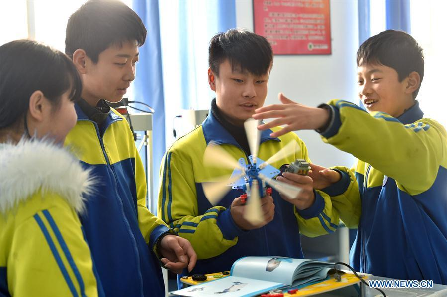 Students assemble a model in Hanjiawa Middle School of Gaocheng District, Shijiazhuang City, north China\'s Hebei Province, Feb. 28, 2019. A series of activities including dancing, model-assembling and calligraphy have enriched children\'s extra-curricular life and guaranteed their all-round development. (Xinhua/Zhang Xiaofeng)